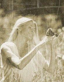 девушка с бабочкой на руке