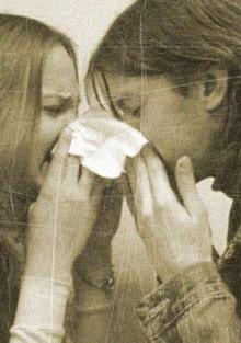 две девушки с носовым платком