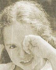 девочка чешет левый глаз