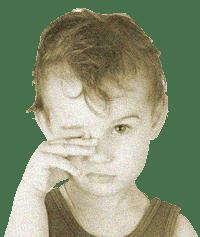 мальчик чешет правый глаз
