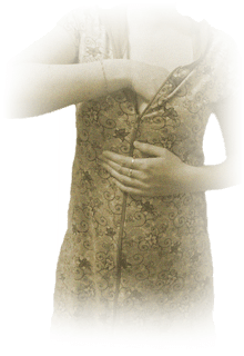 девушка чешет левую грудь