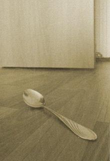 ложка на полу