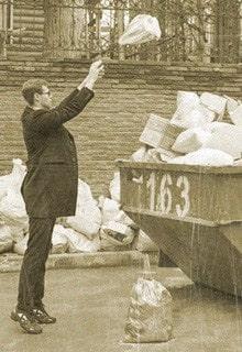 мужчина выкидывает мусор