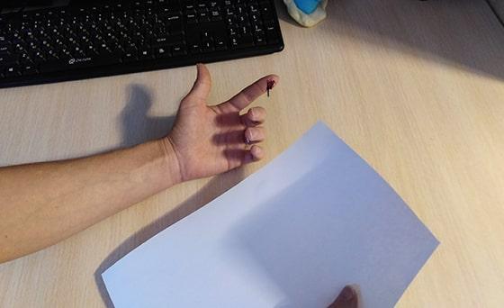 порезать палец бумагой