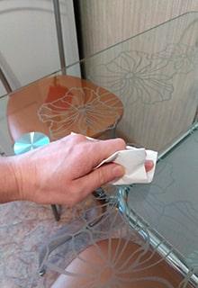 вытирать стол бумагой