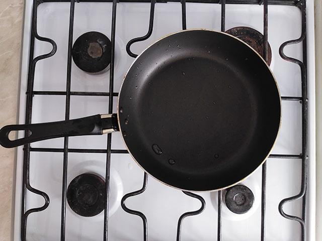 сковородка на плите