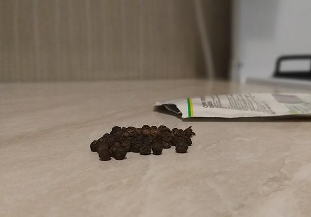 перец рассыпанный на столе