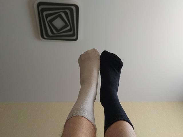 надеть разные носки