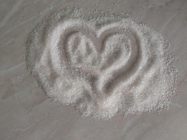 рассыпанный на столе сахар