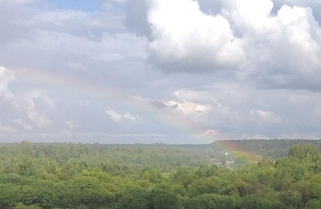 увидеть радугу в небе