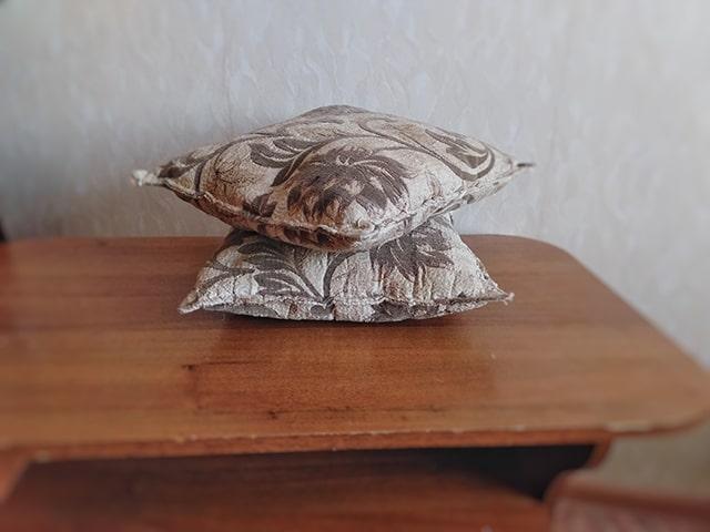 подушки на столе