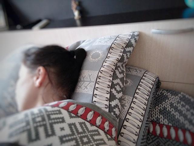 спит на двух подушках